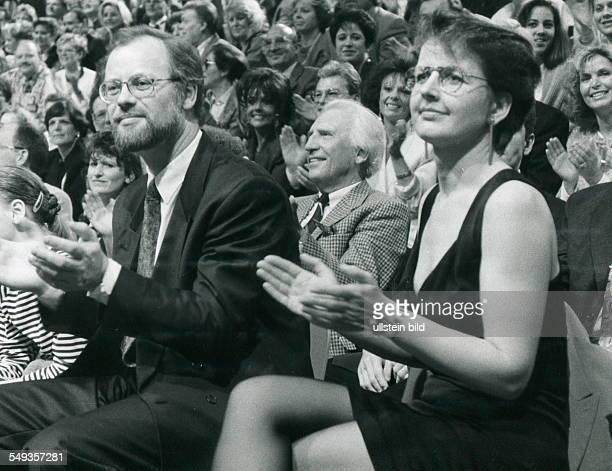 Rudolf Scharping Ministerpräsident von RheinlandPfalz zusammen mit seiner Frau Jutta bei der ZDFLiveSendung 'Wetten dass' am in Koblenz