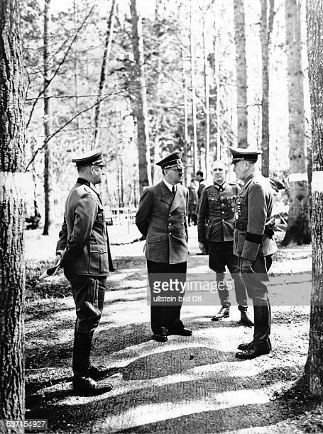 Rudolf SchmundtRudolf SchmundtLudwig CruewellAdolf Hitler Alfred Jodl Politiker NSDAP D Führerhauptquartier 'Wolfsschanze' bei Rastenburg in...