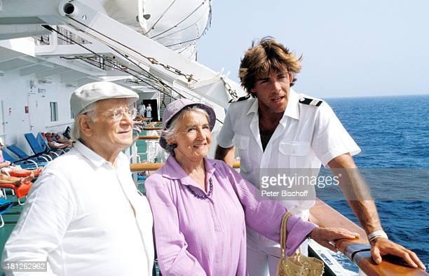 Rudolf Schündler Else Quecke Sascha Hehn ZDFReihe 'Traumschiff' Folge 10 Episode 2 'Karl und Anna' Kenia/Afrika MS 'Astor' Meer Deck Reling Uniform...