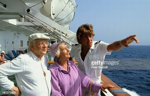 Rudolf Schündler Else Quecke Sascha Hehn ZDFReihe 'Traumschiff' Folge 10 'Kenia' Episode 2 'Karl und Anna' MS 'Astor' Schiff Kreuzfahrtschiff...