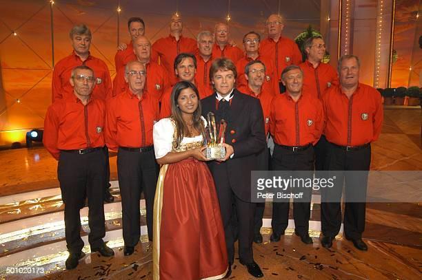 """Rudy Giovannini und Belsy mit dem Chor """"Choro Monti Pallidi"""" , ZDF-Musikshow """"Grand Prix der Volksmusik"""" 2006, München, Deutschland, , P.-Nr...."""