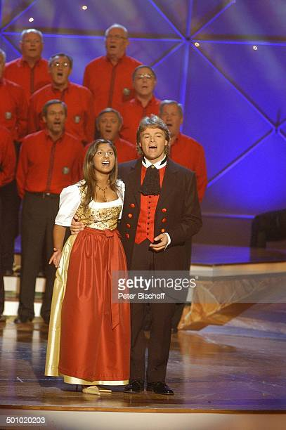 Rudy Giovannini und Belsy mit dem Chor Choro Monti Pallidi ZDFMusikshow Grand Prix der Volksmusik 2006 München Deutschland PNr 1123/2006 Bühne...