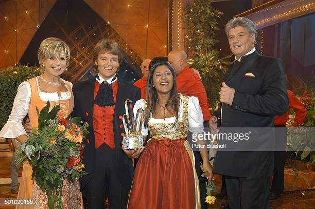 """Rudy Giovannini und Belsy mit dem Chor """"Choro Monti Pallidi"""" , Marianne Hartl, Ehemann Michael Hartl , Sieger und Moderatoren der ZDF-Musikshow..."""