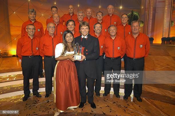 Rudy Giovannini und Belsy mit dem Chor Choro Monti Pallidi Sieger der ZDFMusikshow Grand Prix der Volksmusik 2006 München Deutschland PNr 1123/2006...