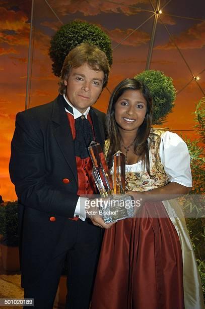 Rudy Giovannini und Belsy ZDFMusikshow Grand Prix der Volksmusik 2006 München Deutschland PNr 1123/2006 Bühne Schlussbild Preis Trophäe Auszeichnung...