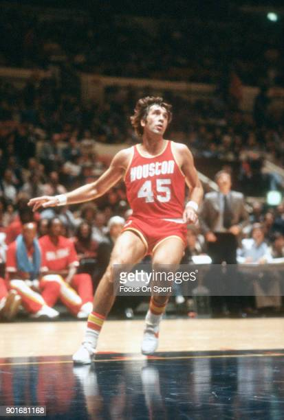 Rudy Tomjanovich of the Houston Rockets in action against the New York Knicks during an NBA basketball game circa 1978 at Madison Square Garden in...