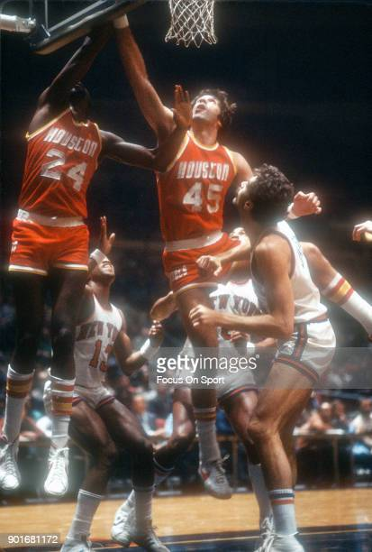 Rudy Tomjanovich of the Houston Rockets in action against the New York Knicks during an NBA basketball game circa 1977 at Madison Square Garden in...
