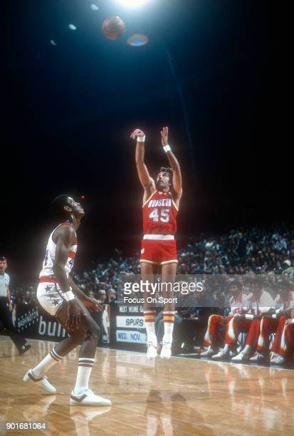 Rudy Tomjanovich of the Houston Rockets shoots against the Washington Bullets during an NBA basketball game circa 1977 at the Capital Centre in...