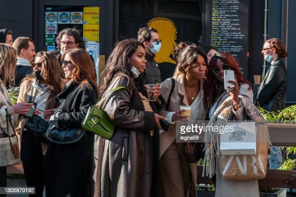 rue de buci à paris : jeunes buvant un verre dans la rue pendant la pandémie covid-19. - groupe moyen de personnes photos et images de collection