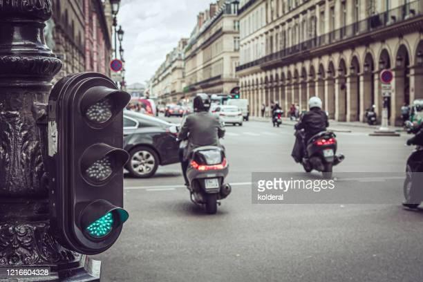 rue de rivoli street traffic in paris - circulation routière photos et images de collection