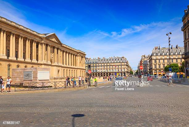 rue du louvre in paris - palais royal stock pictures, royalty-free photos & images