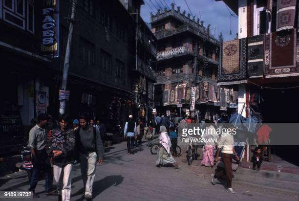 Rue du quartier de Thamel à Katmandou en janvier 1989 Népal