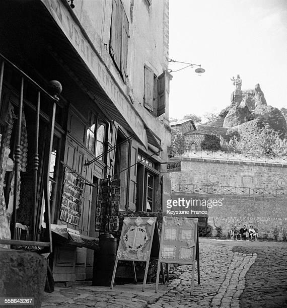 Rue pittoresque avec ses magasins de dentelles au Puy-en-Velay, France, circa 1940.