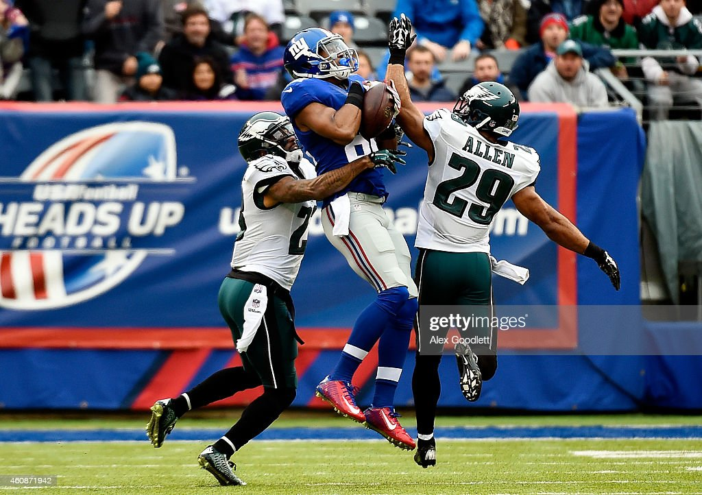 Rueben Randle #82 of the New York Giants makes a catch in the first quarter as Nolan Carroll #23 and Nate Allen #29 of the Philadelphia Eagles defend during a game at MetLife Stadium on December 28, 2014 in East Rutherford, New Jersey.