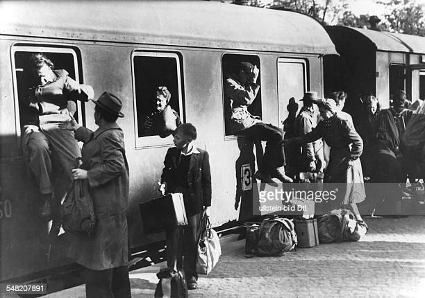 Rueckkehr von der Hamsterfahrt Die Menschen verlassen den ueberfuellten Zug durch die Fenster 1946 Aufnahme Walter Gircke Originalaufnahme im Archiv...