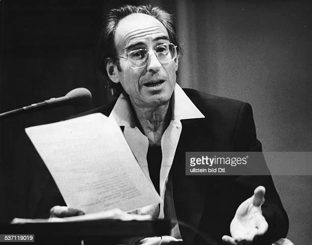 Ruehmkorf Peter Schriftsteller D Portrait bei einem Vortrag 1989