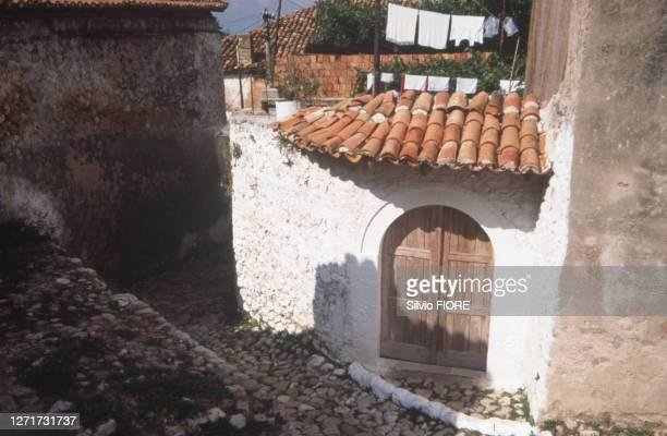 Ruelle pavée du village médiéval de Krujë en Albanie.