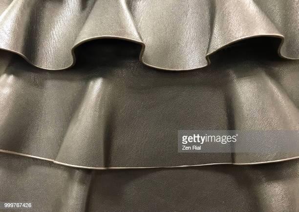 ruffled leather bag in grayish gold color - froncé photos et images de collection