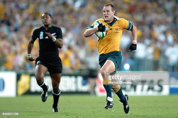 Australia vs New Zealand Stirling Mortlock runs to score Australia's first try Rugby Coupe du Monde 2003 Demifinale Australie contre NouvelleZélande...