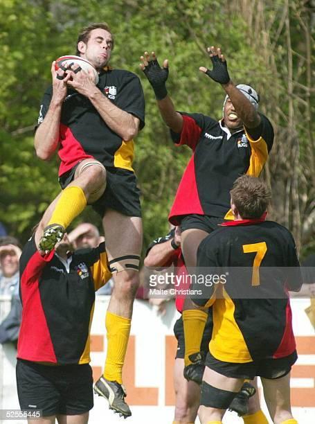 Rugby: 6 Nationen Turnier 2004, Hannover; Deutschland - Schweden ; Mathias PIPA, Kieron DAVIS, Konstantin ZIMMERMANN / DEU beim abfangen des Balls...
