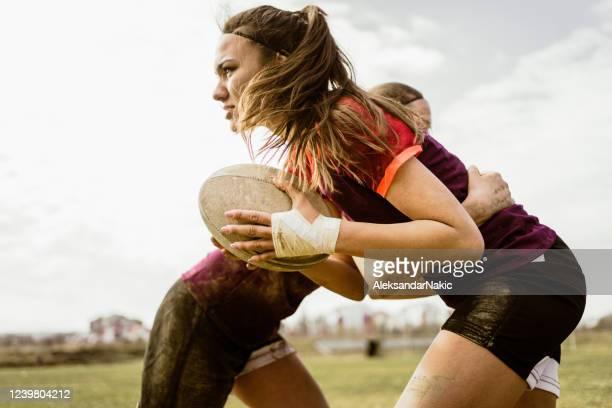 filles de rugby pendant le jeu - rugby photos et images de collection