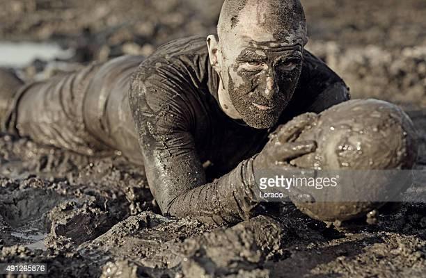 ラグビー選手花輪を持つラグビーボール泥
