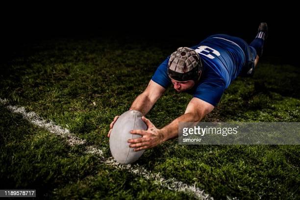 rugbyspieler erzielt ein tor - super rugby stock-fotos und bilder
