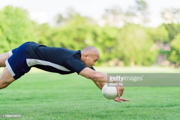 rugbyspieler erzielt tor - rugby punktversuch stock-fotos und bilder