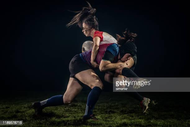 rugbyspielerin im kampf gegen ihre gegnerin - frauen rugby stock-fotos und bilder