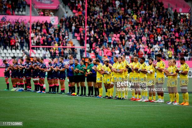 Rugby players applauds after paying pays tribute to former French President Jacques Chirac, who died on September 26, before the French Top 14 rugby...
