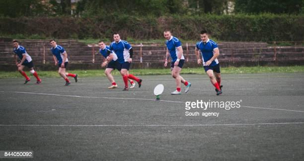 rugby jugadores en acción - rugby union fotografías e imágenes de stock