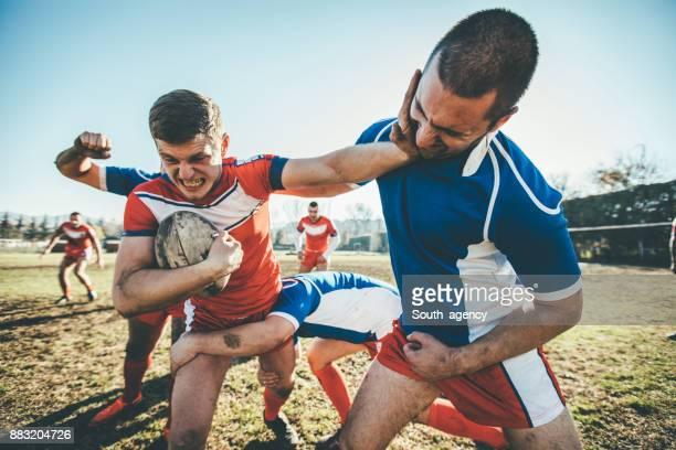 Les joueurs de Rugby en action
