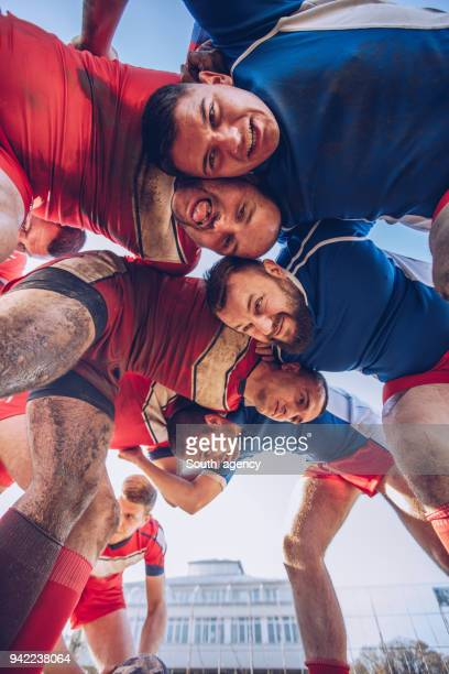 joueurs de rugby sur un terrain de jeu - rugby union photos et images de collection