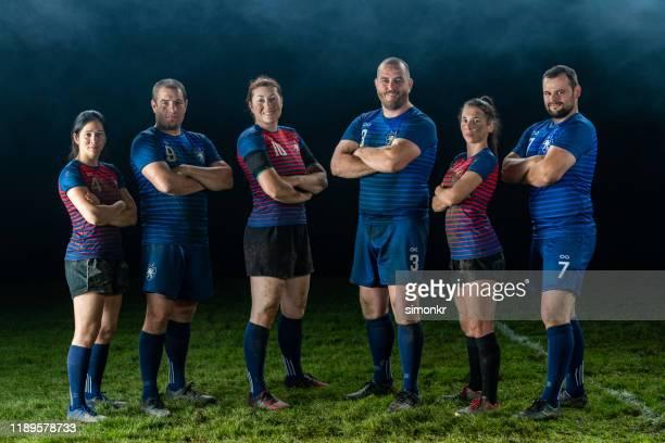 rugbyspieler auf dem feld - frauen rugby stock-fotos und bilder