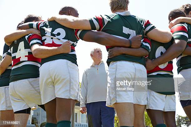 rugby players together in a huddle - rugby union fotografías e imágenes de stock
