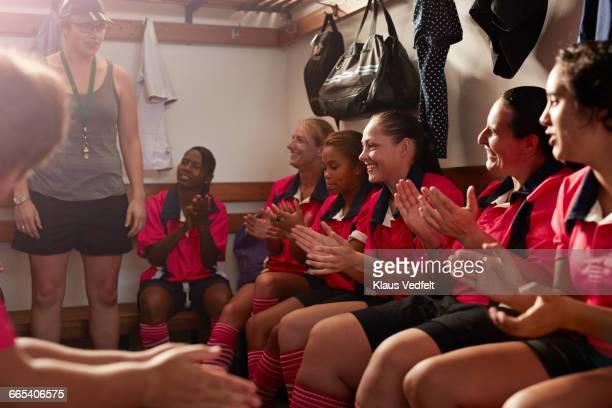 rugby team clapping after coachs speech - trikot stock-fotos und bilder