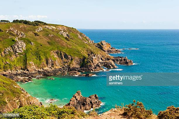 costa frastagliata di guernsey - isola di guernsey foto e immagini stock