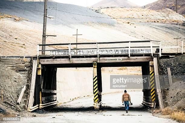 Robuste harten Arbeiter geht unter industrial bridge