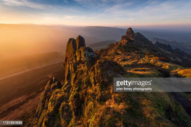 rugged landscape at sunrise, peak district national park. uk. - dramatische landschaft stock-fotos und bilder