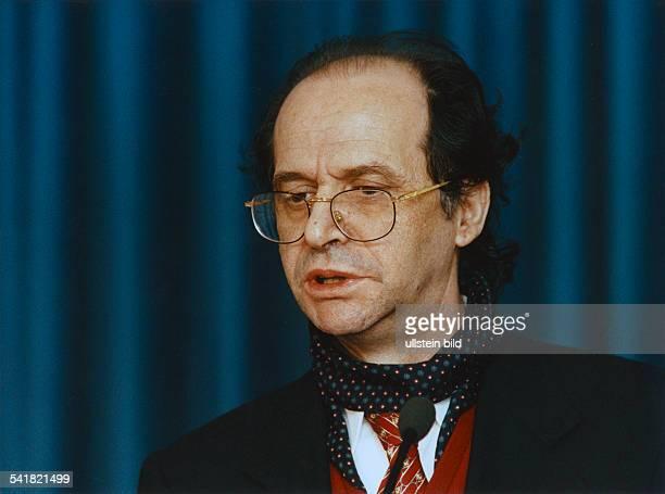 Rugova Ibrahim *Literaturwissenschaftler Politiker KosovoGruender der 'Demokratischen Liga des Kosovo' Praesident des Kosovo 20022006 Portrait Mai...