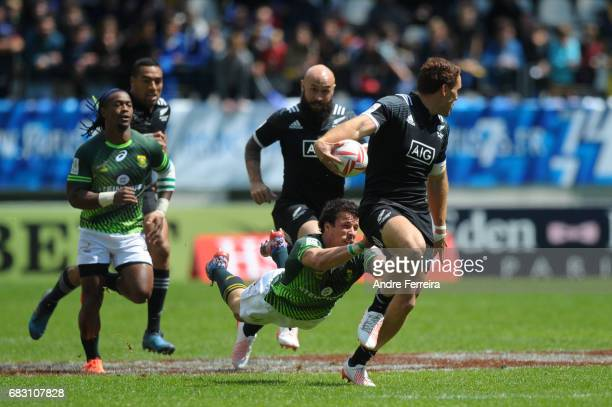 Ruhan Nel of South Africa Joe Webber of New Zealand during the match between South Africa and New Zealand at the HSBC Paris Sevens stage of the Rugby...