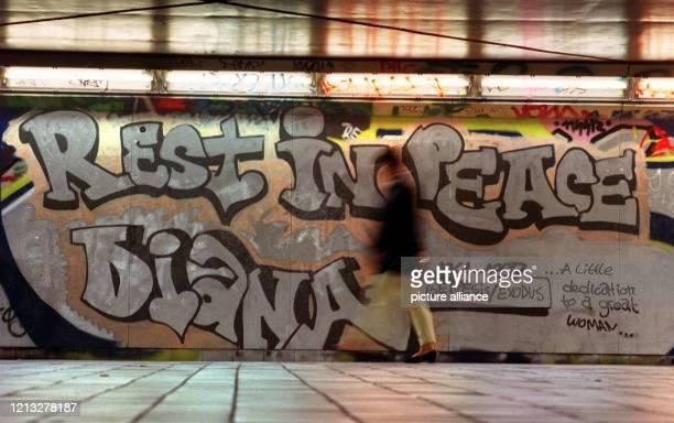 Ruhe in Frieden, Diana- Trauer-Graffiti eines unbekannten Künstlers für Prinzessin Diana in einer U-Bahn-Haltestelle in Frankfurt am Main . Diana war...