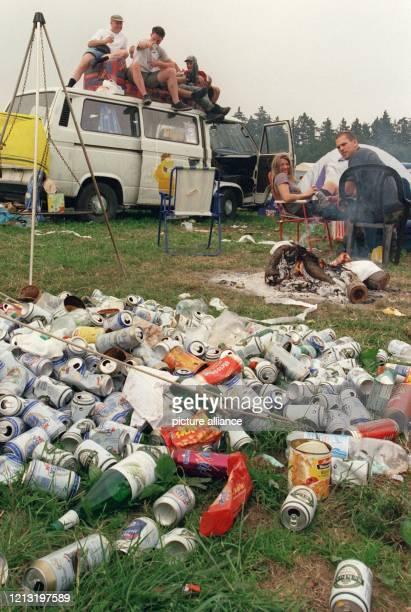 """Ruhepause zwischen Müllbergen: Blick auf den völlig verdreckten Zeltplatz am Rande des Musik-Festivals """"Rock am Ring"""", aufgenommen am 11.6.2000. Über..."""