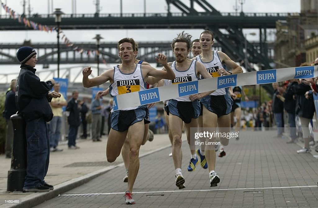 Rui Silva of Portugal crosses the line to win the BUPA Great North Mile on Newcastle Quayside, Newcastle, England on October 05, 2002. (Photo by Bryn Lennon/Getty Images).