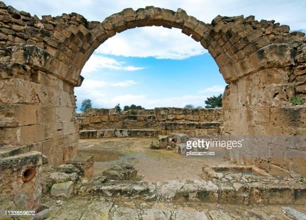 加藤パフォス考古学公園、パフォス、キプロスの廃墟アーチ。 - パフォス考古学公園 ストックフォトと画像