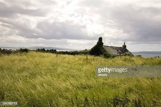 損なわれたコテージ、salthill 、ゴールウェイ、アイルランド - 休耕田 ストックフォトと画像