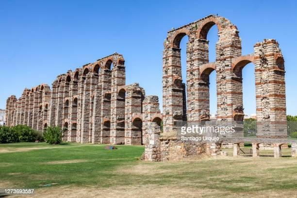 ruined roman aqueduct bridge of los milagros - extremadura fotografías e imágenes de stock