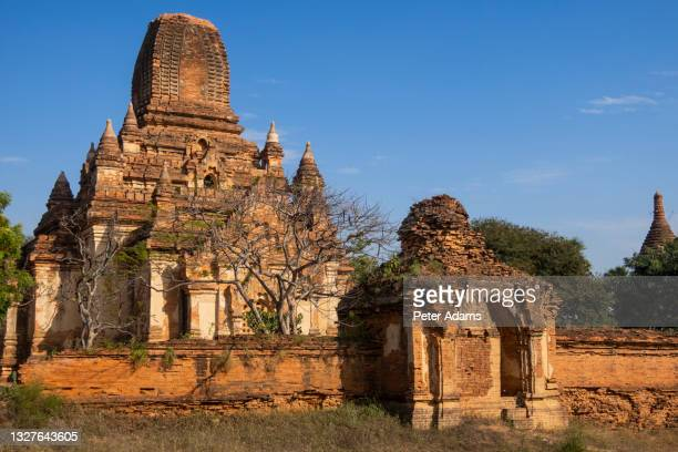 ruined temple in bagan, myanmar - peter adams stock pictures, royalty-free photos & images