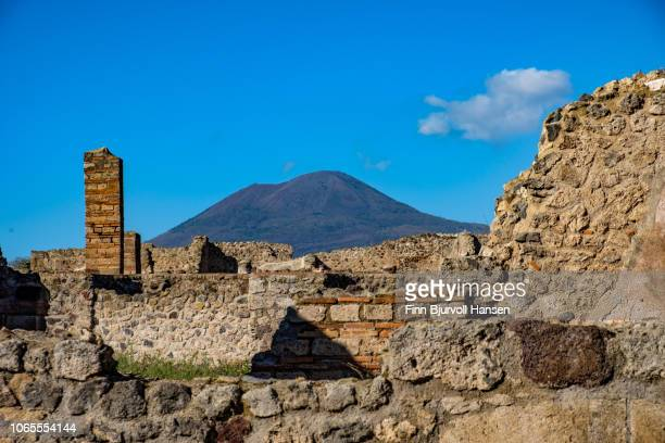ruins in the city of pompeii italy. the vulcano mont vesuvius in the background - finn bjurvoll stock pictures, royalty-free photos & images