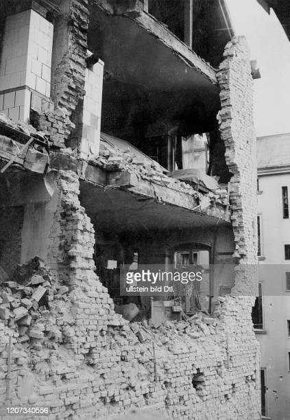 Ruins of a destroyed residential building, Berlin - Vintage property of ullstein bild Published in: Berliner Zeitung 2:2